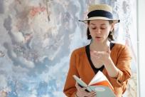 Simplify Komplizin Marisa Gut hält eine Lesung in der Denkbar.